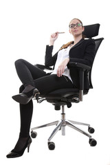 Frau Chefin im Chefsessel bittet zum Diktat