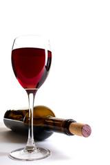 Rotweinglas und Weinflasche mit Korken