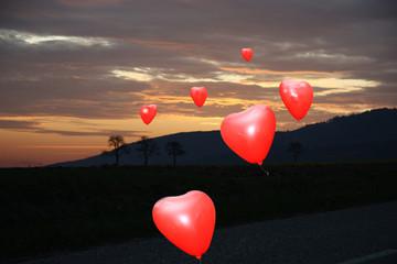 Herzballons in der Nacht