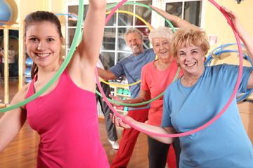 Seniorengymnastik mit Reifen 2