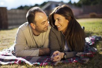 Marido y mujer mirándose enamorados