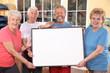 Senioren im Sportstudio mit Hinweisschild
