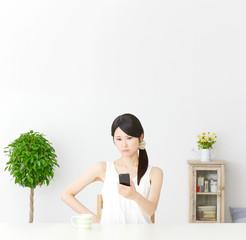 スマートフォンを持って怒る女性