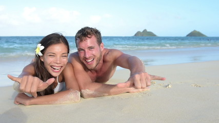Hawaii vacation couple having fun on beach