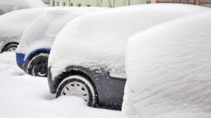 wintereinbruch, verschneite autos