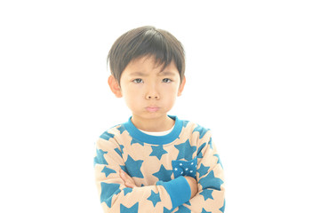 怒った表情の男の子