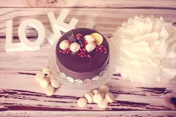 chocolate cake with macaroons