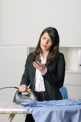 Gestresste unglückliche Frau bügelt Hemden