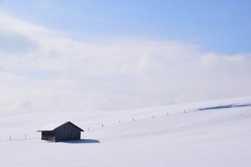 Hütte in verschneiter Landschaft