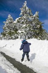 Bambino salta sulla neve