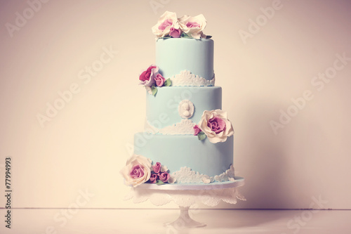 Spoed canvasdoek 2cm dik Dessert blue wedding cake with roses