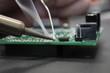 Leinwanddruck Bild - Löten mit einem Lötkolben auf einer Platine
