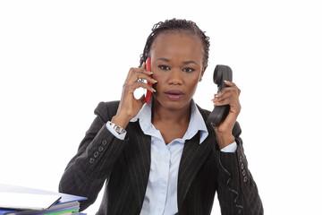 femme noire stressée au bureau