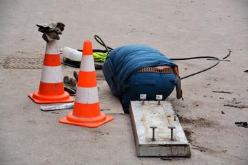 obrero trabajando en una alcantarilla en la calle