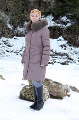 девушка возле скал