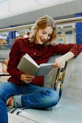 Девушка читает в магазине