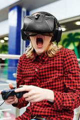 Девушка в очках виртуальной реальноси