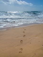 Fußspur führt in den Atlantik