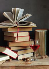 Натюрморт с книгами и бокалом