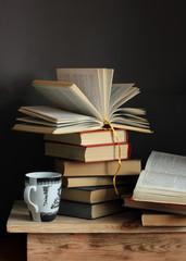 Натюрморт с книгами и чашкой