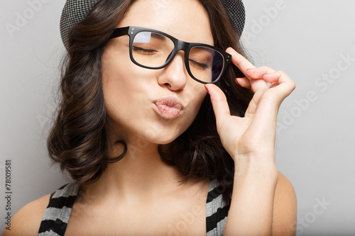 Beautiful girl in a hat and glasses. - 78009581