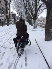 ciclista recorriendo la ciudad de burgos nevada