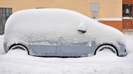 verschneites auto, winter