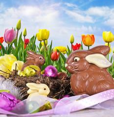 Frohes Ostern: Fröhlich-buntes Osternest auf Tulpenwiese :)