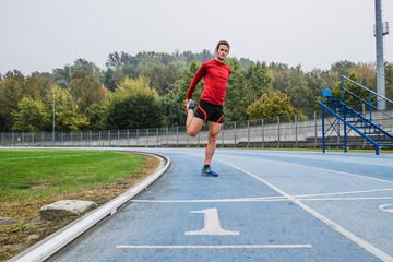 Uomo che corre su pista di atletica