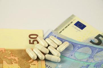 Medikamente und Geldscheine