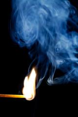 brennendes Streichholz mit Rauch II