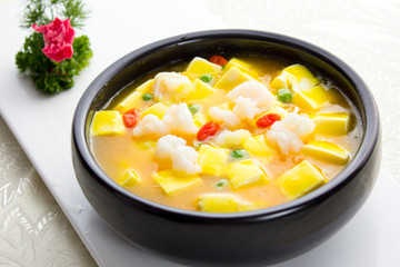 Shrimps with bean curd soup