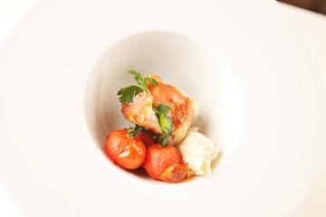 Gerollte Feigen in Speckmantel mit gegrillten Tomaten