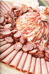 Teller mit verschiedenen Fleischsorten