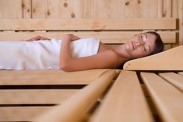 Junge Frau entspannt sich in der Sauna