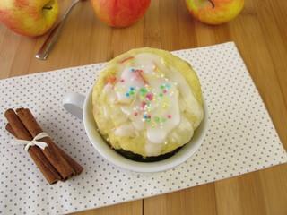 Apfel Mug Cake mit Zuckerguss aus der Mikrowelle