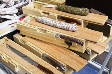 étalage vente couteaux avec saucissons