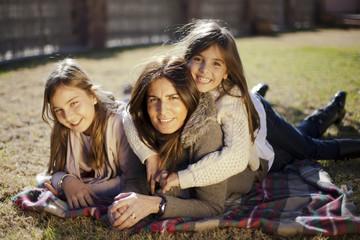 Madre con hijas en el jardín