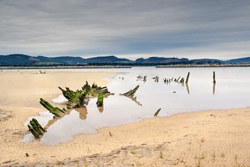Esqueleto de barco en la playa del Regaton 07