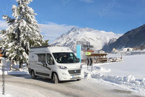 Fotobehang Kamperen Winterliche Wohnmobiltour