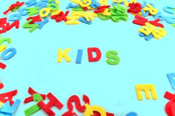 Kids Kinder Buchstaben auf Cyan