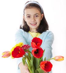 bambina con mazzo di fiori