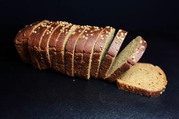 нарезка хлеба на черном фоне