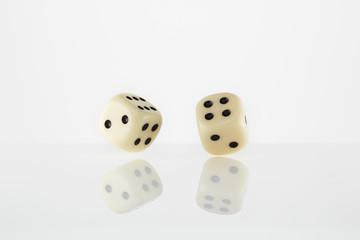zwei weiße Würfel vor weiß