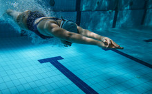 "Постер, картина, фотообои ""Swimmers at the swimming pool.Underwater photo"""