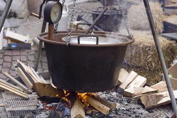 Punschkessel über offenem Holzfeuer