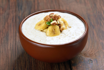 Oatmeal porridge with walnuts and bananas