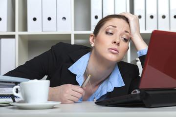 Unmotivierte Frau im Büro
