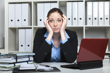 Frustrierte Frau am Büro Arbeitsplatz