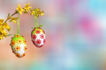 Zweig mit Ostereiern auf Hintergrund zarte Pastelltöne